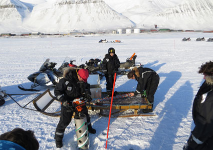 Arctic technology students (AT-307F) performing fieldwork in Svea, Svalbard. Photo: Anatoly Sinitsyn/UNIS