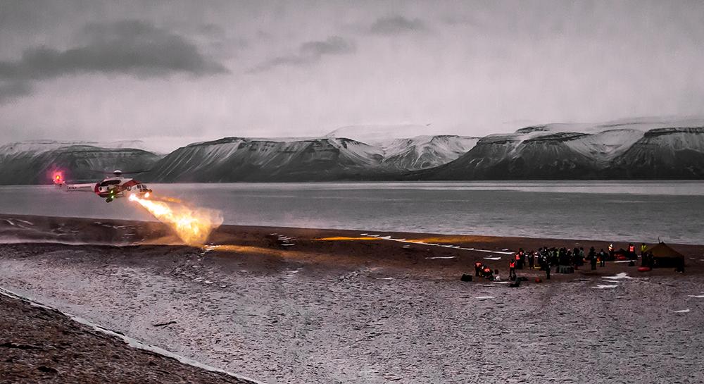 Øvelse Svalbard 2014. Helikopter, personer, fjord, fjell.