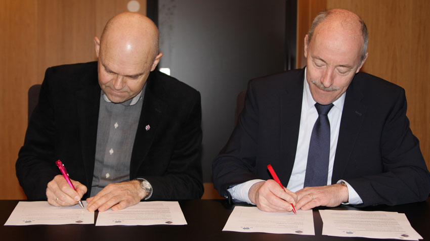 Bergen University College rector Ole-Gunnar Søgnen (left) and UNIS director Ole Arve Misund sign the cooperation deal on 14 January 2016.