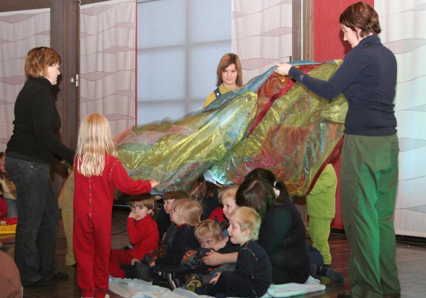 Children's aurora dance