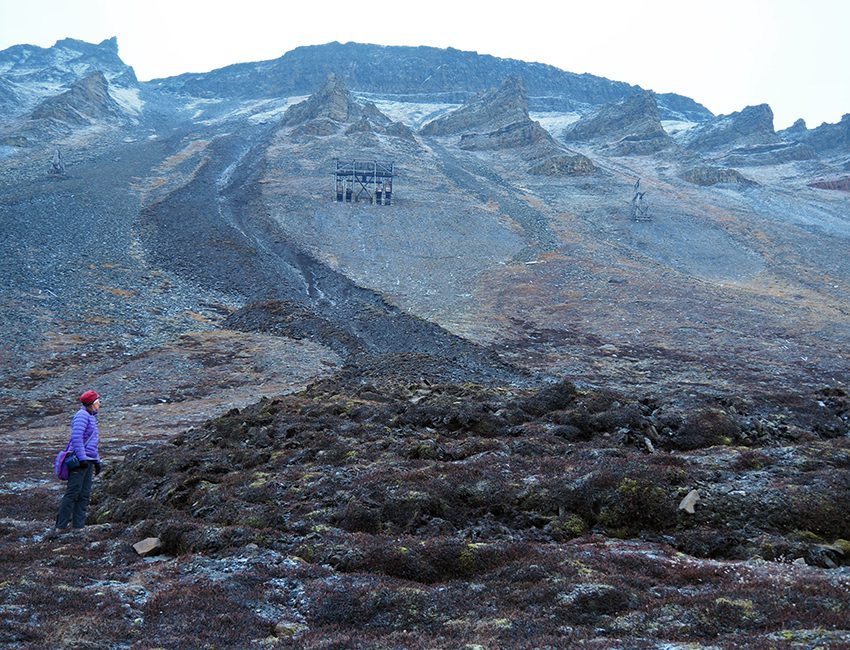 A large debris flow occured close to the cemetary in Longyearbyen on 15 October 2016. Professor Hanne Christiansen pictured to the left. Photo: Ole Humlum/UNIS