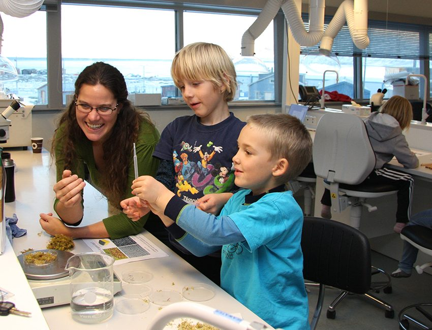 Kids looking at insects in moss together with postdoc Marie Davey. Photo: Eva Therese Jenssen/UNIS