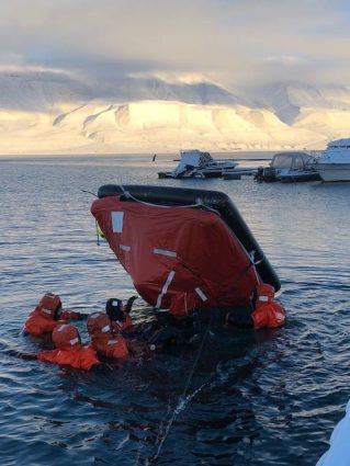 """From the Arctic Safety Centre pilot course """"Safety Course for Arctic Field Stations"""" 1–8 October 2018. Photo: Ann Christin Auestad/UNIS"""