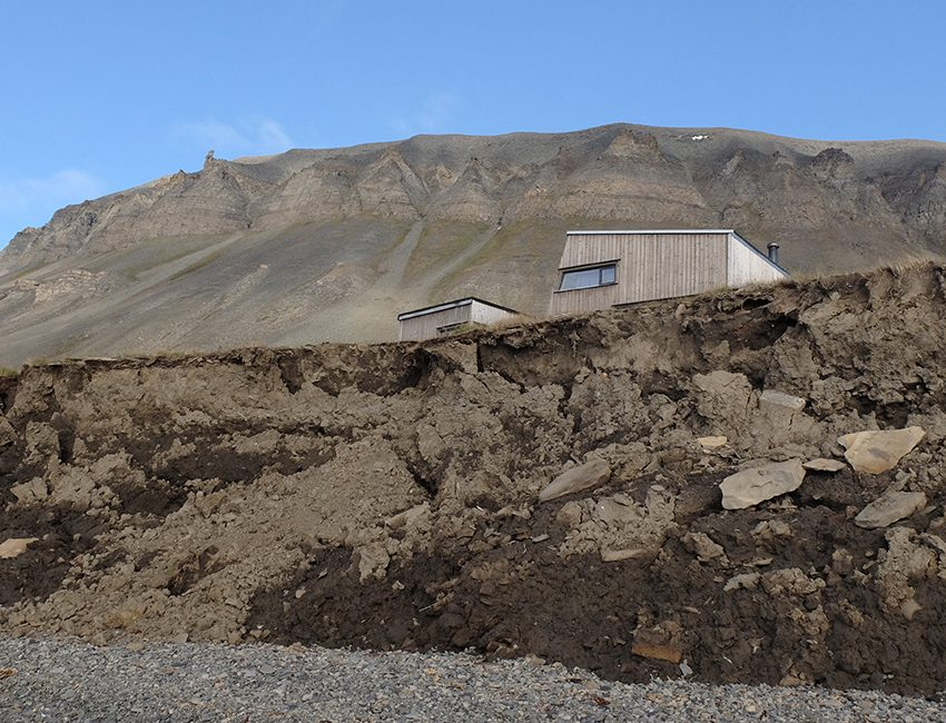 Cabin threatened by coastal erosion, Bjørndalen. Photo: Eva Therese Jenssen/UNIS