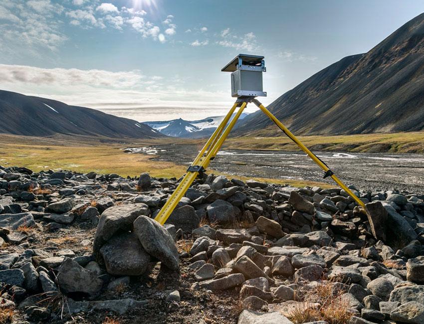 Camera installed in Bjørndalen to survey the vegetation. Photo: Børge Damsgård/UNIS.