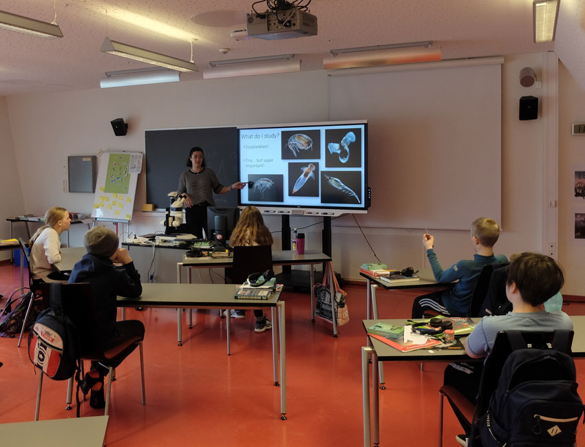 UNIS PhD candidate Robynne Nowicki teaching 6th grade pupils about marine life in Adventfjorden. Photo: Eva Therese Jenssen/UNIS.