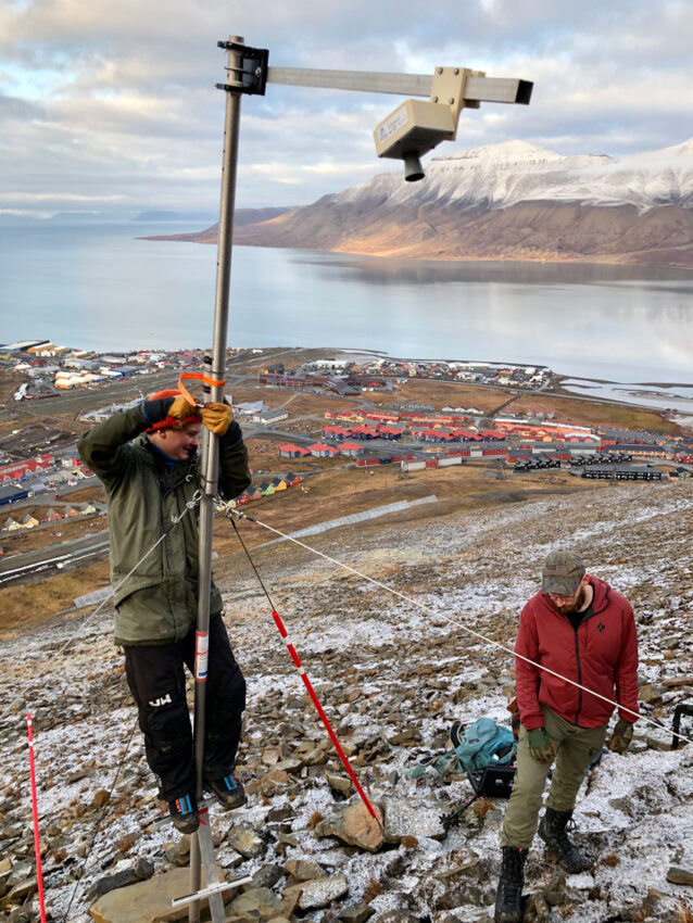 Installing snow senor on Sukkertoppen in Longyearbyen.