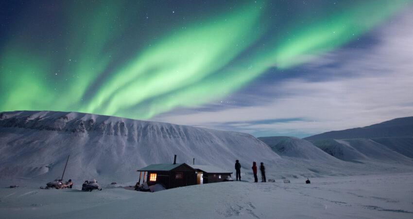 Northern lights over Platåfjellet and the student cabin in Bjørndalen. Photo: Robert Pfau/UNIS
